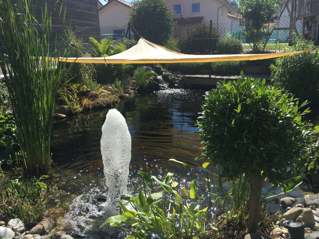 Sonnensegel am Gartenteich