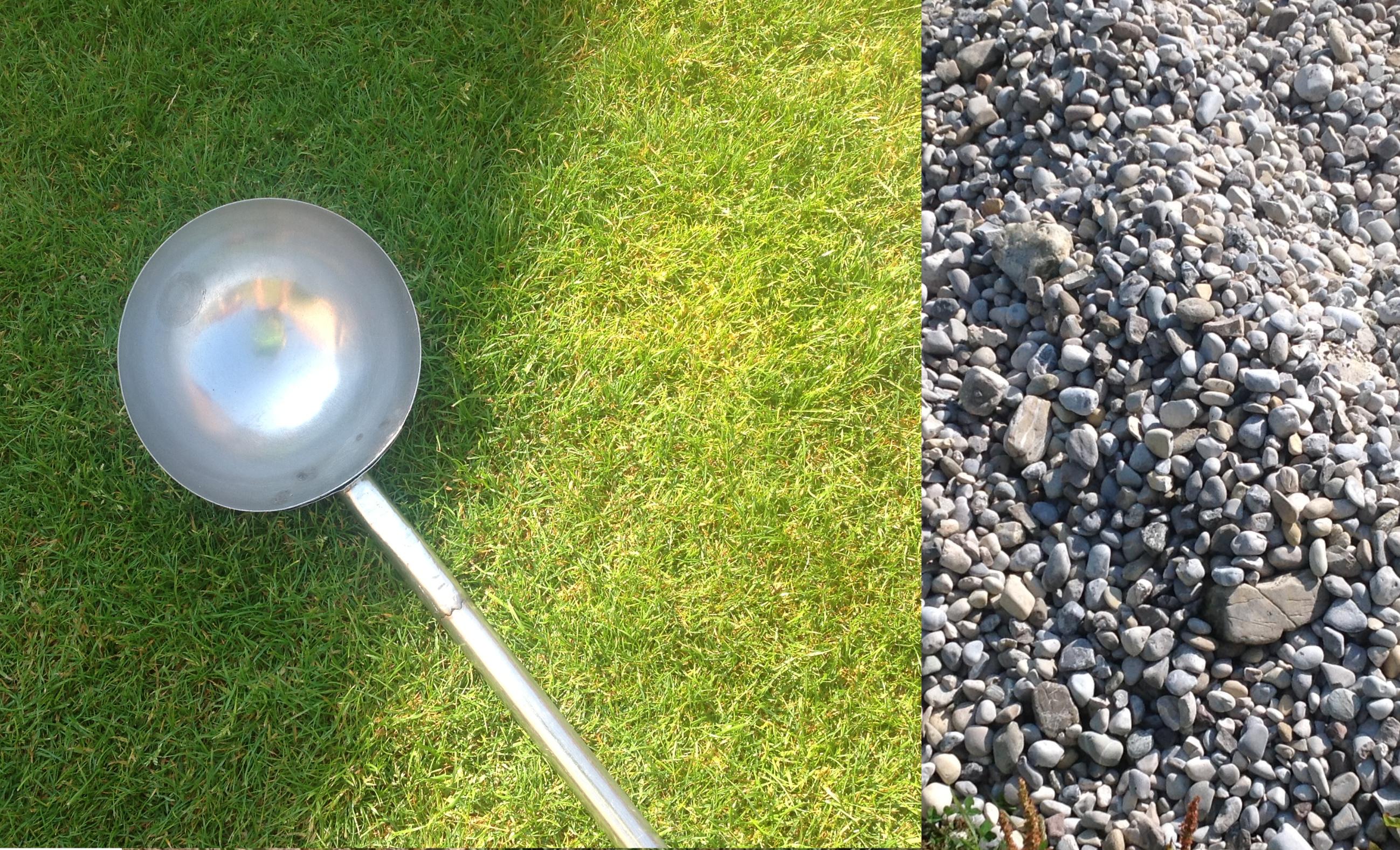 Steine aus dem Gartenteich entfernen